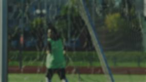 Död boll och hörnspark av fotbollspelaren som är suddig för bakgrund lager videofilmer