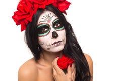 död dag halloween Den unga kvinnan i dag av den döda konsten för maskeringsskalleframsidan och steg Isolerat på vit closeup arkivbilder