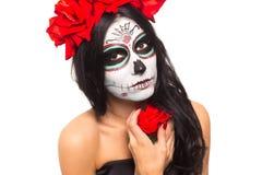 död dag halloween Den unga kvinnan i dag av den döda konsten för maskeringsskalleframsidan och steg Isolerat på vit closeup fotografering för bildbyråer