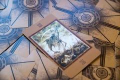 Död för tarokkort Labirinth tarokdäck esoterisk bakgrund Arkivbilder