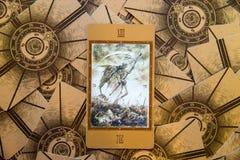 Död för tarokkort Labirinth tarokdäck esoterisk bakgrund Arkivfoton