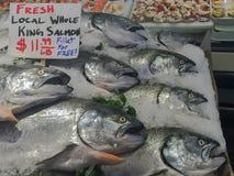 Död fisk på is på den offentliga marknaden i Seattle Arkivfoton