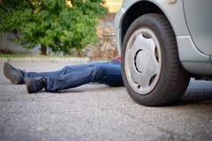 Död gångare efter en bilolycka royaltyfria foton