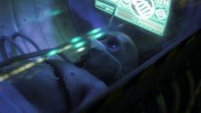 Död humanoid främling som ligger på tabellen arkivfilmer