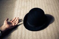Död man och hatt på golv Royaltyfri Foto