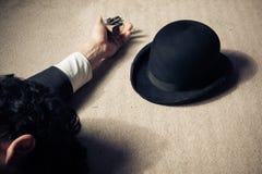 Död man och hatt på golv Fotografering för Bildbyråer