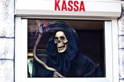 Död med lien som väntar på dig på en avlöningsdag Arkivfoton