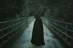 Död med lien som väntar på en bro royaltyfria bilder