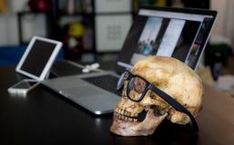 Död skalle för affärsman på kontor arkivfoton