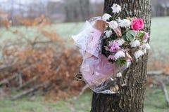 Döda blommor på träd parkerar in minnesmärken för älskade Arkivbilder