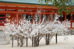 Döda trädfilialer med pappers- bönremsor på Heian förvarar Arkivfoto