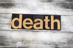 Dödboktryckord på träbakgrund royaltyfria bilder