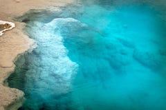 Dödlig och härlig closeup av blåttpölen i västra tummegeyserhandfat royaltyfri bild