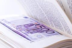 Dölja 500 eurosedlar i de sparande pengarna för boken Royaltyfria Foton