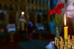 Döpa i kyrkan Katolicism och Orthodoxy stearinljus på royaltyfria bilder
