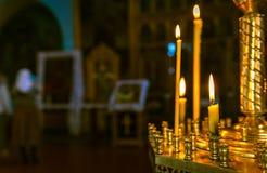 Döpa i kyrkan Katolicism och Orthodoxy stearinljus på arkivbilder