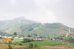 Dörfer und Ackerland in den Bergen Lizenzfreies Stockbild