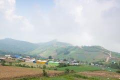 Dörfer und Ackerland in den Bergen Stockbilder