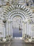 Dörröppning av den Dysert O'Dea kyrkan Arkivbild