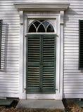 Dörröppning av det New England hemmet. royaltyfria foton
