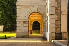 Dörröppning för sten för Cambridge universitet Royaltyfri Bild