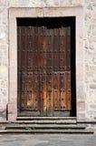 Dörröppning i historisk kyrka Arkivfoto