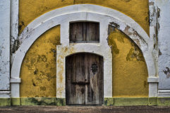 Dörröppning med vitbågen och den ljusa gula väggen Arkivfoton