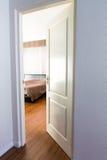 Dörröppning på ett sovrum Fotografering för Bildbyråer