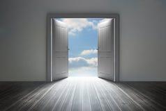 Dörröppning som avslöjer ljus blå himmel Royaltyfri Foto