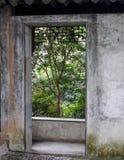 Dörröppning som ska göras grön Arkivbild