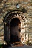 Dörröppning Sts Mary kyrka, Elmbridge royaltyfria foton