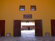 Dörröppning till den lappade borggården Arkivbild