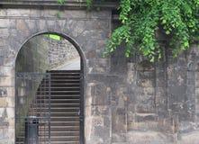 Dörröppning till kyrkogården Arkivbilder