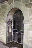 dörröppning utfärda utegångsförbud för grafitti Royaltyfri Bild