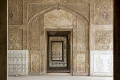 Dörröppningar av att sova kammare på det Lahore fortet, Pakistan Royaltyfria Foton