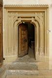 Dörröppningen in i Biertan stärkte kyrkan, Rumänien arkivbild
