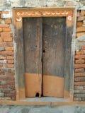 Dörröppningen i en forntida by i Nepal Royaltyfri Foto
