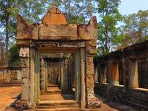 Dörröppningen till och med stenen fördärvar royaltyfri bild