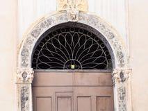 Dörr av den medeltida palazzoen på contra porti för gata Royaltyfri Foto