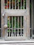 Dörr av den tomma träfågelburen i retro stil royaltyfri bild
