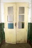 Dörr av en övergiven skola arkivbild