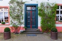 Dörr av ett gammalt hus i Bedburg-Kaster, Tyskland Royaltyfri Bild