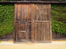 Dörr av ladugårdwallwood Arkivbild