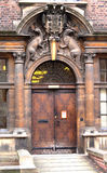 Dörr för Cambridge universitet med vapenskölden Arkivbilder