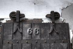Dörr för fängelsecell royaltyfri bild