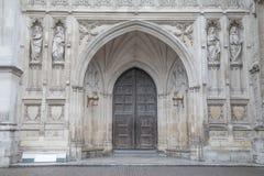 Dörr för huvudsaklig ingång av den Westminster abbotskloster, London Arkivfoto