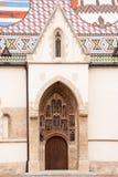 Dörr för huvudsaklig ingång till kyrkan av St Mark i Zagreb Arkivfoton