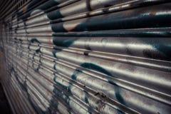 Dörr för metallrullningsgarage Arkivfoto
