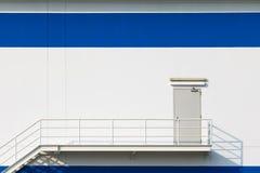 Dörr för nöd- utgång för stor fabrik Arkivbild