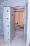 Dörr för stil för valv för kalla krigetbunker inre arkivfoton